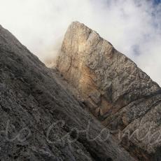 Salendo a forcella Compol, prima di essere inghiottito dalle nebbie sguardo verso la cresta della cima dei Preti