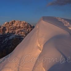 La cima del monte Cornetto innevata al tramonto
