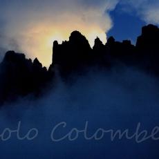 Luna sorge dietro la cresta del Leone
