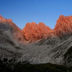 Pa prima luce colora di rosso le rocce della cresta di Cima dei Preti