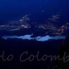 Cala la sera e iniziano ad accendersi le luci in riva al lago