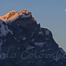 Le nevi del Turlon si colorano con l'ultimo Sole mentre sorge la Luna