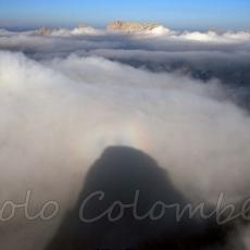 Ombra che la cima Cadin degli Elmi proietta sulle nuvole sottostanti