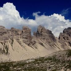 Grosse nuvole si addensano dietro la dorsale di cima dei Pecoli e cima Barbe