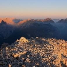 in vetta alla cima Cadin degli Elmi al tramonto