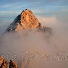 Sopra le nuvole sbuca la cima dei Preti
