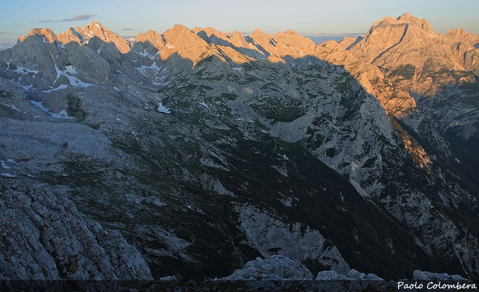 Il Sole illumina l'Antelao (sulla sinistra) le Marmarole (al centro) e il Sorapiss (a destra)