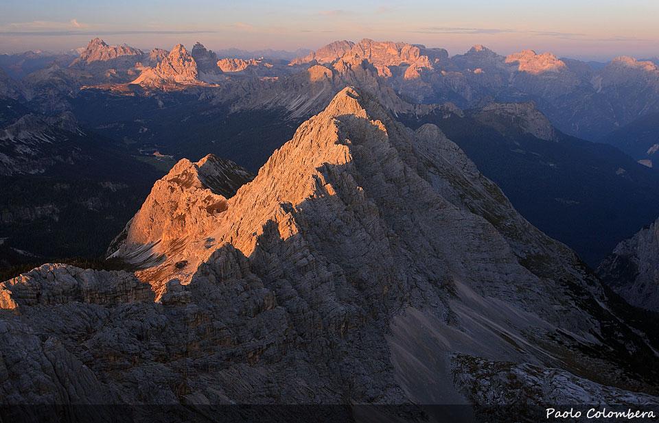 Ultime luci sulla Cesta, sullo sfondo le Dolomiti di Sesto