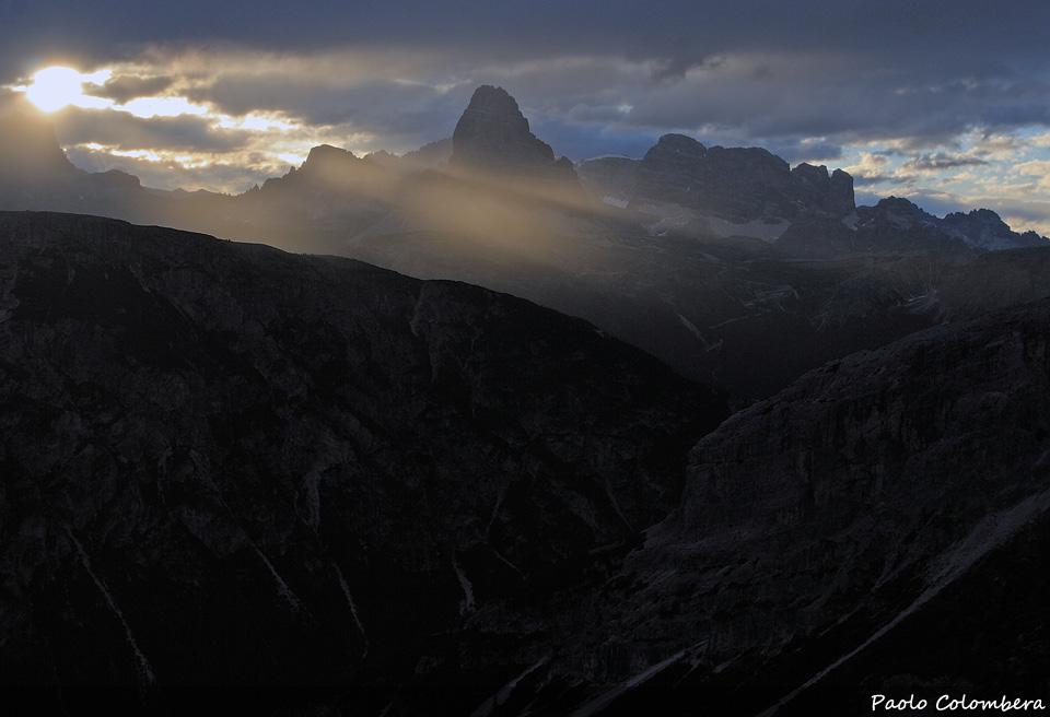 Controluce sulle Dolomiti di Sesto dal gruppo del Cristallo, al centro della foto le Tre Cime di Lavaredo