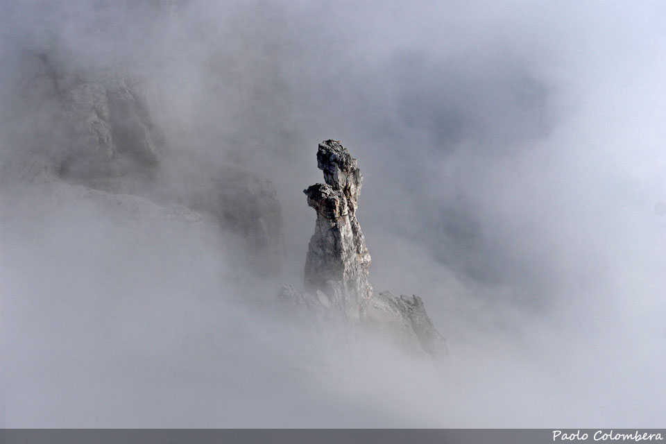 I gendarmi degli Sfornioi visti d'infilata tra le nebbie