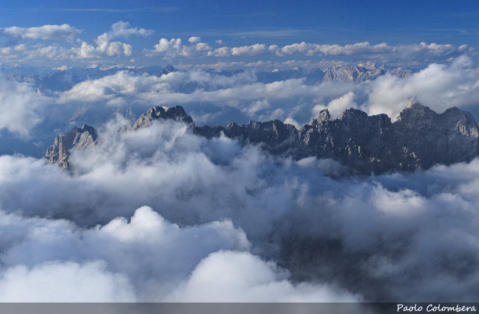 Le cime delle Marmarole, viste dall'Antelao, emergono dalle nuvole