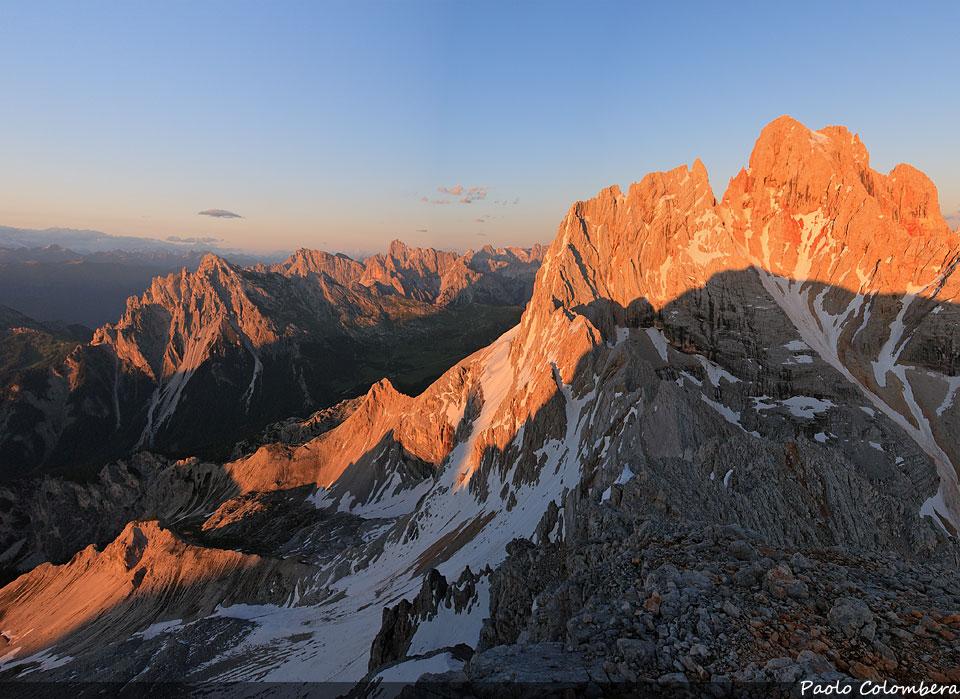 Tramonto sulla Croda Rossa d'Ampezzo, a sinistra il Picco di Vallandro, sullo sfondo le Dolomiti di Sesto