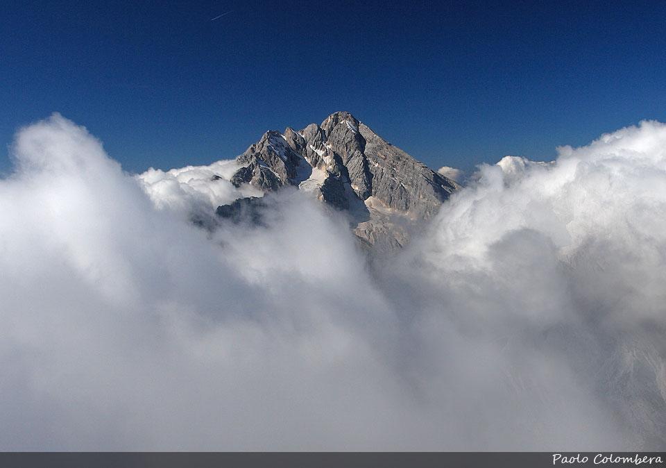 Antelao emerge sopra il mare di nuvole